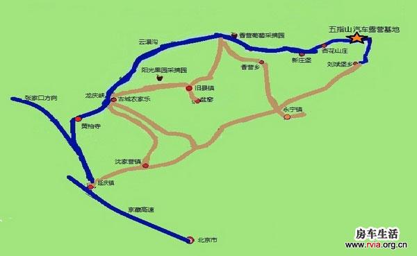 延庆五指山汽车露营基地位于北京市延庆县刘斌堡乡刘斌堡村北,紧靠香龙路。西邻龙庆峡旅游区、松山自然保护区、古崖居及石京龙滑雪场;东邻百里山水画廊、硅化木地质公园、滴水湖旅游区及燕山天池。距延庆县城25公里,距北京市区90公里,交通便利,旅游资源丰富。该基地是融户外休闲、CS、赛车、拓展训练、汽车露营、文化艺术、休闲度假为一体的旅游基地。  露营基地的定位以露营运动、休闲度假为主,给自驾车旅行者展现一个具有国内星级标准汽车露基地。露营基地内设木屋区(休闲养生住宿区)、房车露营区、帐篷区、文化广场,另有观光游览